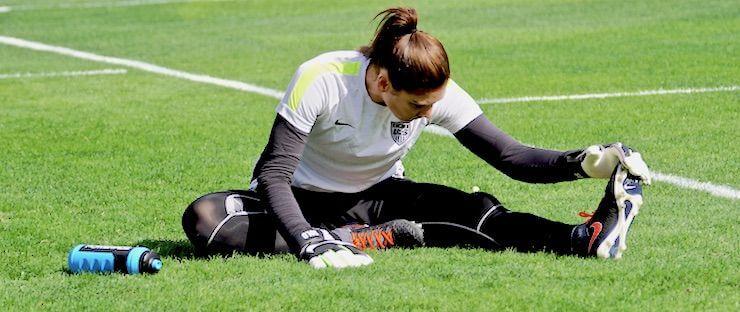 Jagadora de futbol estirando